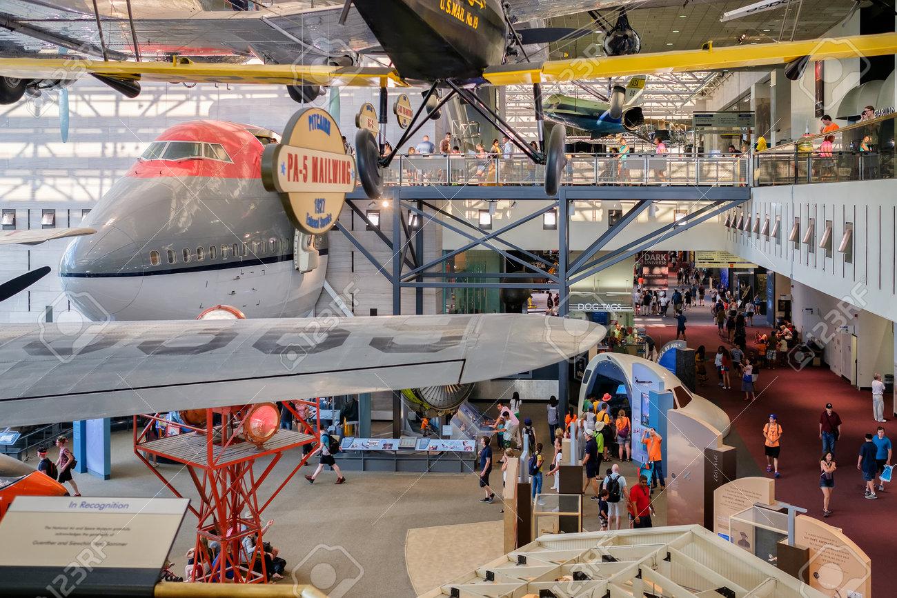 歴史的な飛行機や国立航空宇宙博物館のワシントン DC での訪問者 の ...