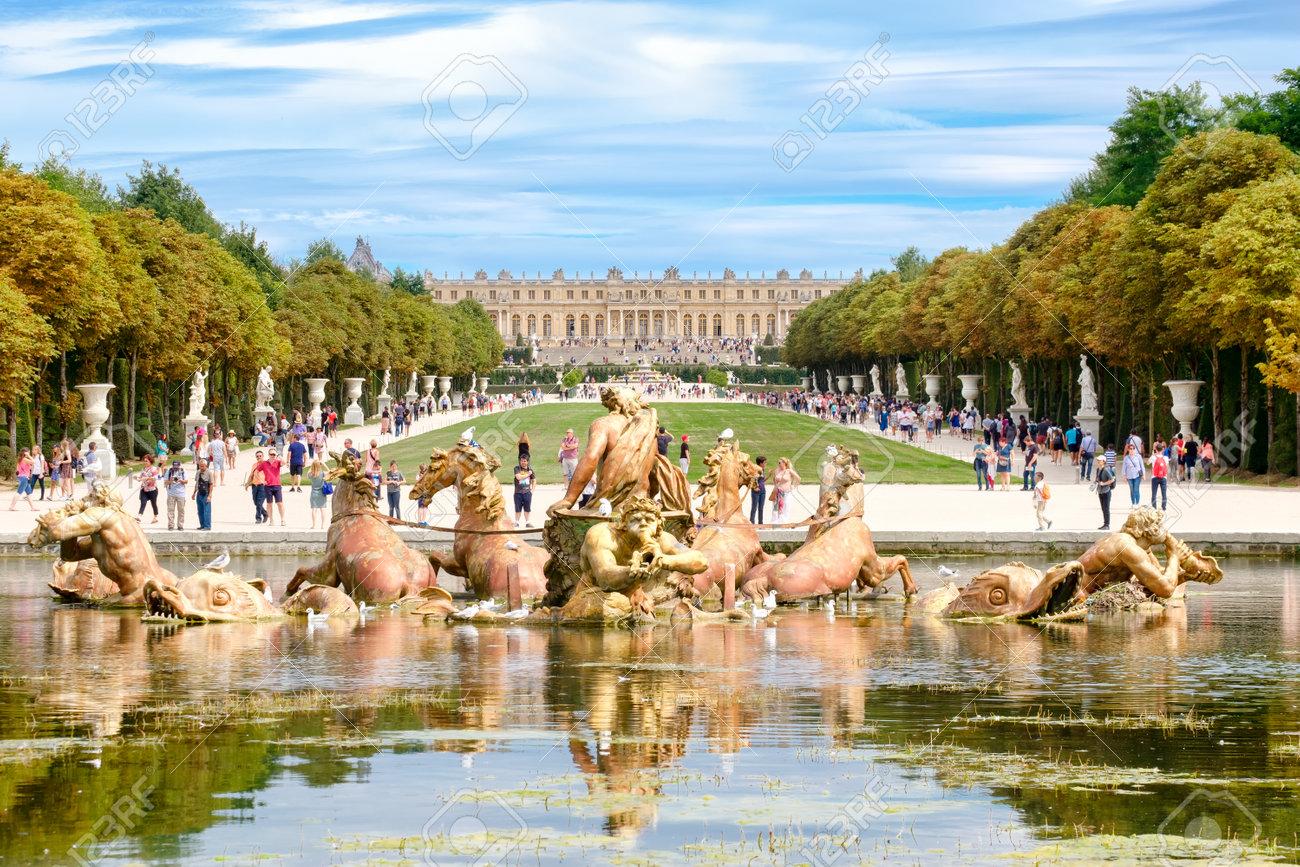 La Famosa Fuente De Apolo Y Los Jardines Del Palacio De Versalles ...