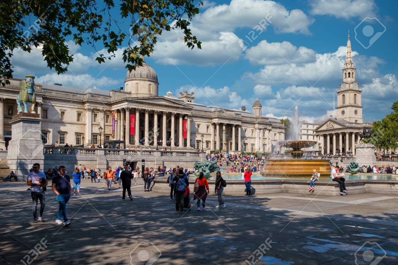 Trafalgar Square and the National Gallery in London on a beautiful summer day - 152053442