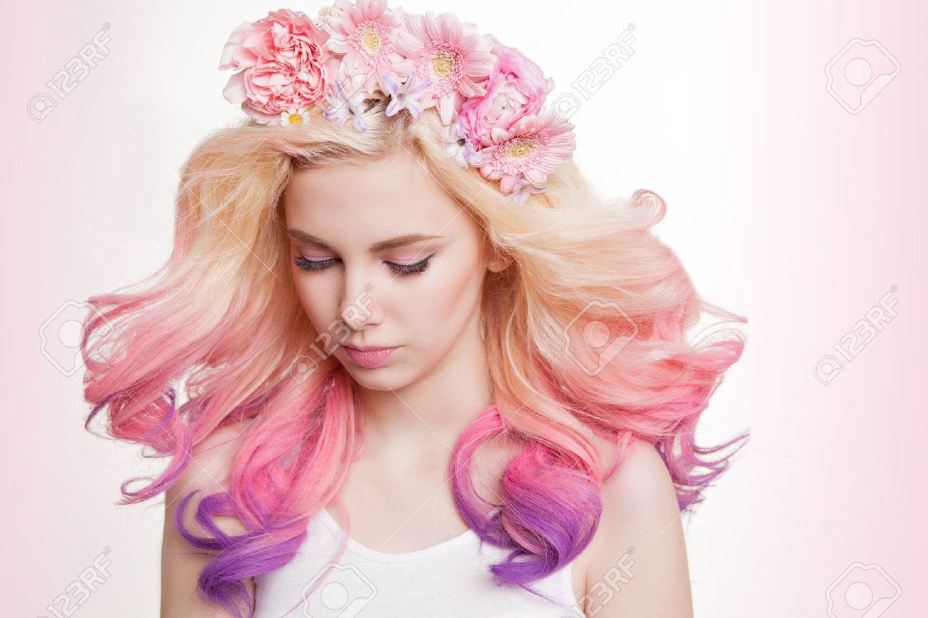 Femmes Jeunes Avec Des Cheveux Et Des Fleurs De Couleur Boucles