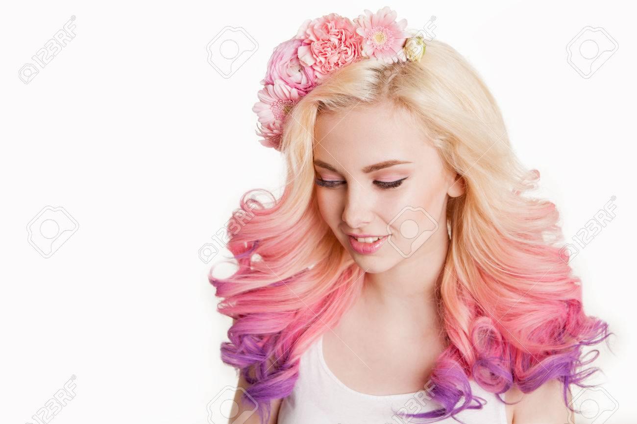 Las Mujeres De Jóvenes Sonriendo Con El Pelo De Color Flores En El