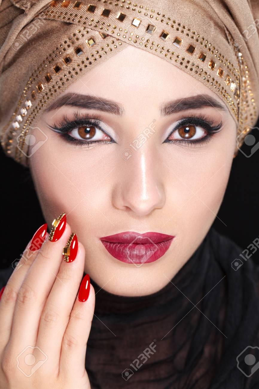 Banque d images - Portrait de visage magnifique jeune femme orientale en  hijab. Modèle de beauté Fille aux sourcils brillants, maquillage parfait,  ... e1d0ed33c6d