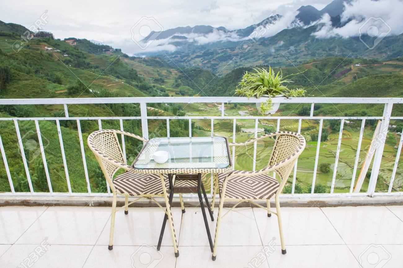 Immagini Stock Tavoli E Sedie Per Il Tempo Caffe Con Vista Panoramica Di Montagna In Sapa Vietnam Image 42931038