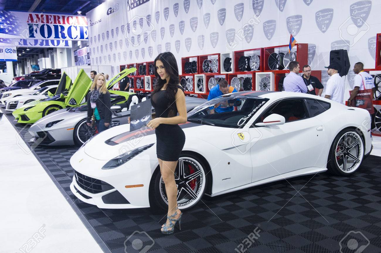 Las Vegas 5 November Model In Der Nähe Von Ferrari Sportwagen Auf Der Sema Show In Las Vegas Navada Am November 05 2013 Die Sema Show Der Führende Automobilspezialprodukte Fachveranstaltung In
