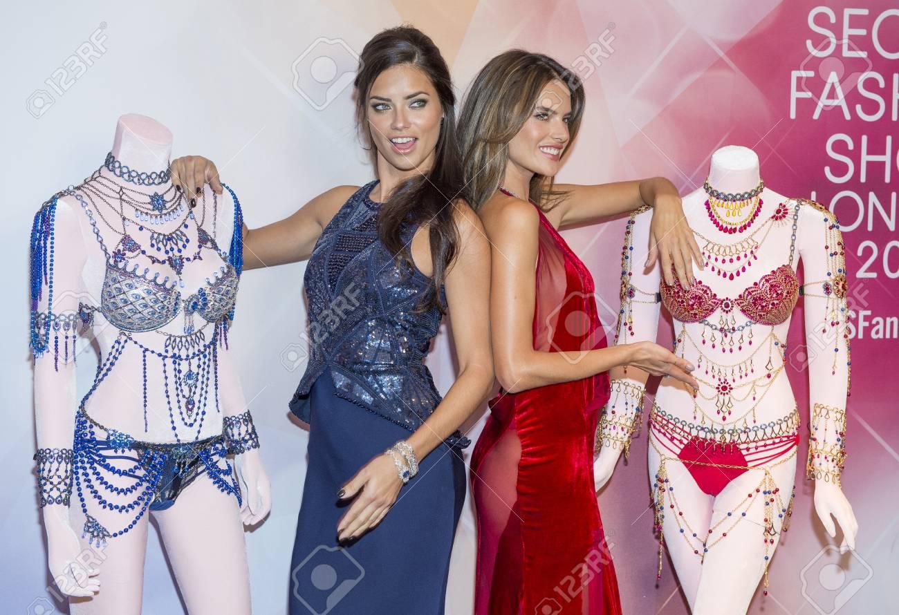 LAS VEGAS - NOV 13 : Models Adriana Lima (L) and Alessandra Ambrosio