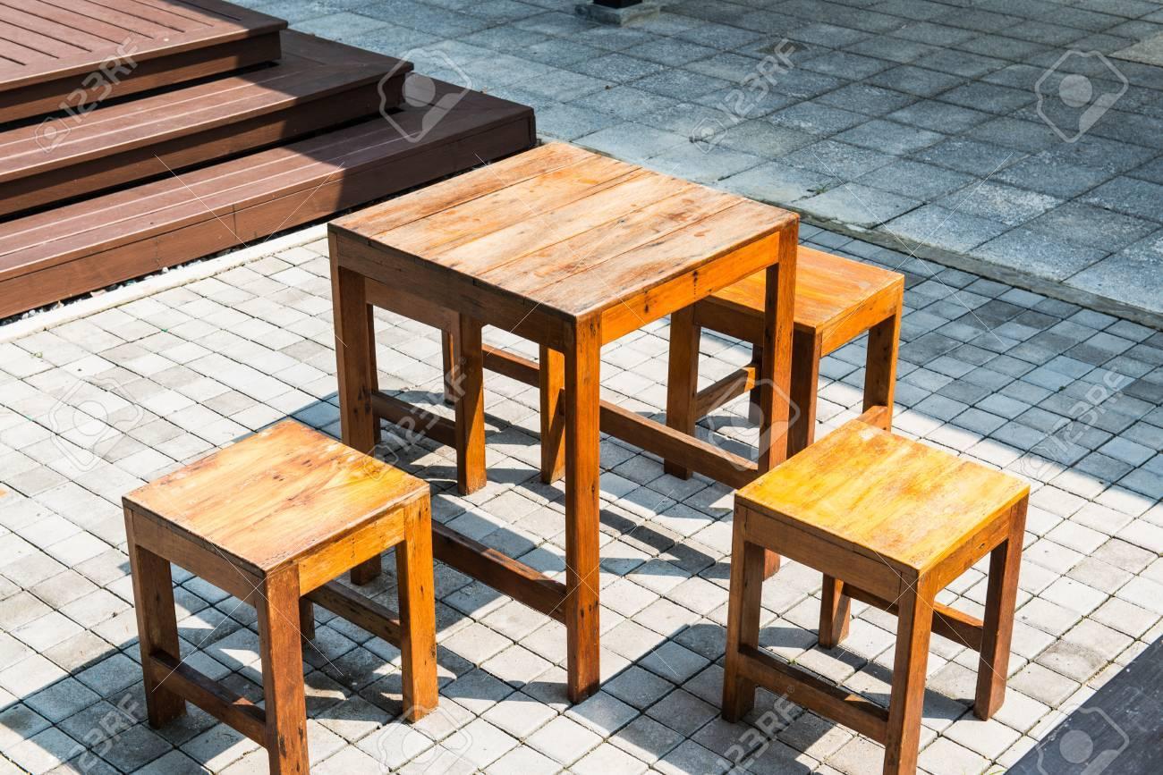 table en bois situé sur bloc de béton yard, thaïlande. banque d