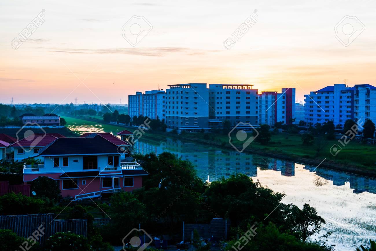 タイ、パトゥムターニー県昇る太...