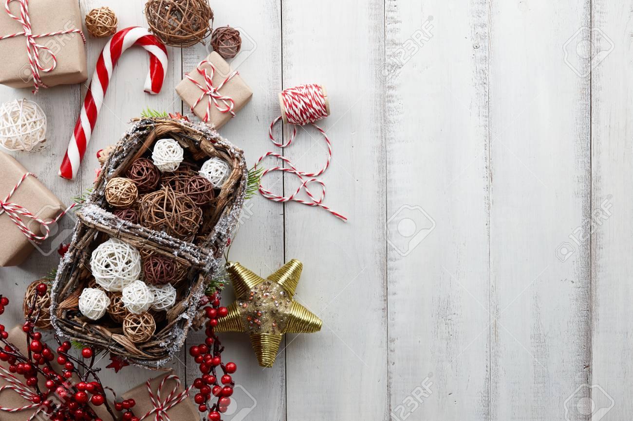 Boules De Rotin De Noël Dans Le Panier, Jouets Dorés, Décorations