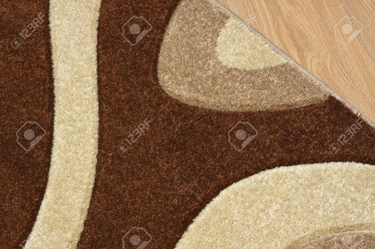 Détail de tapis en marron, beige et blanc sur stratifié