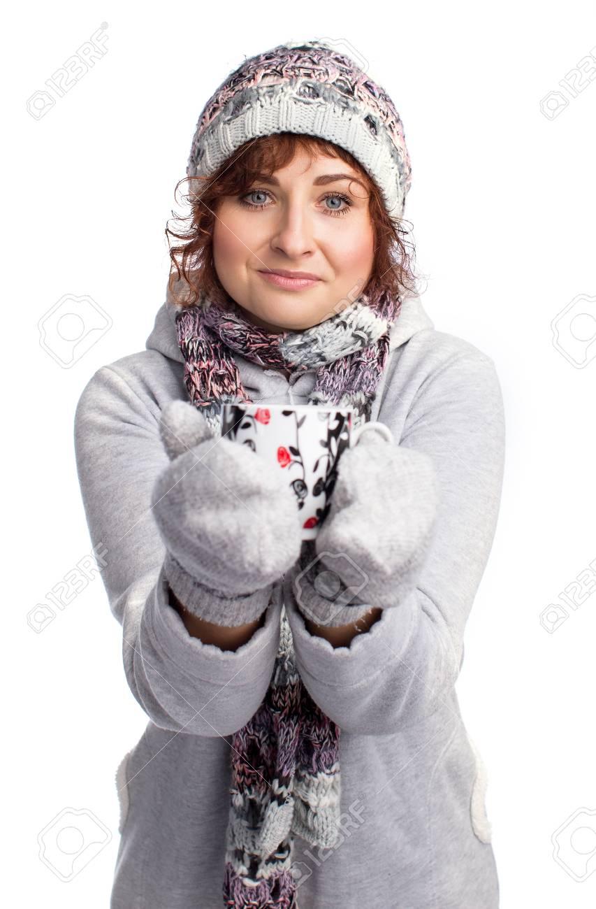 a8ccdad4c5ad Archivio Fotografico - Un'immagine della ragazza in abbigliamento invernale  in possesso di un caffè