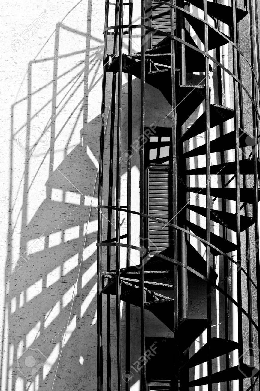 foto de archivo antigua escalera de incendios escalera espiral foto en blanco y negro