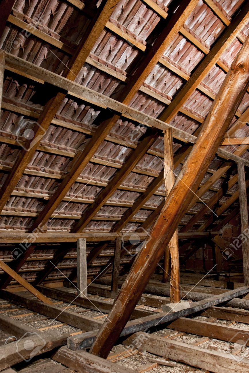 Da Luce Alla Soffitta vecchia soffitta di una casa, foto hdr con più fonti di luce