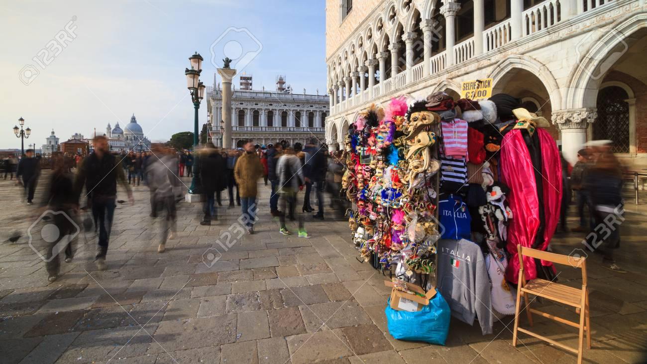 Venecia, Febrero De 2017: Plaza De San Marcos Con La Tienda De La ...