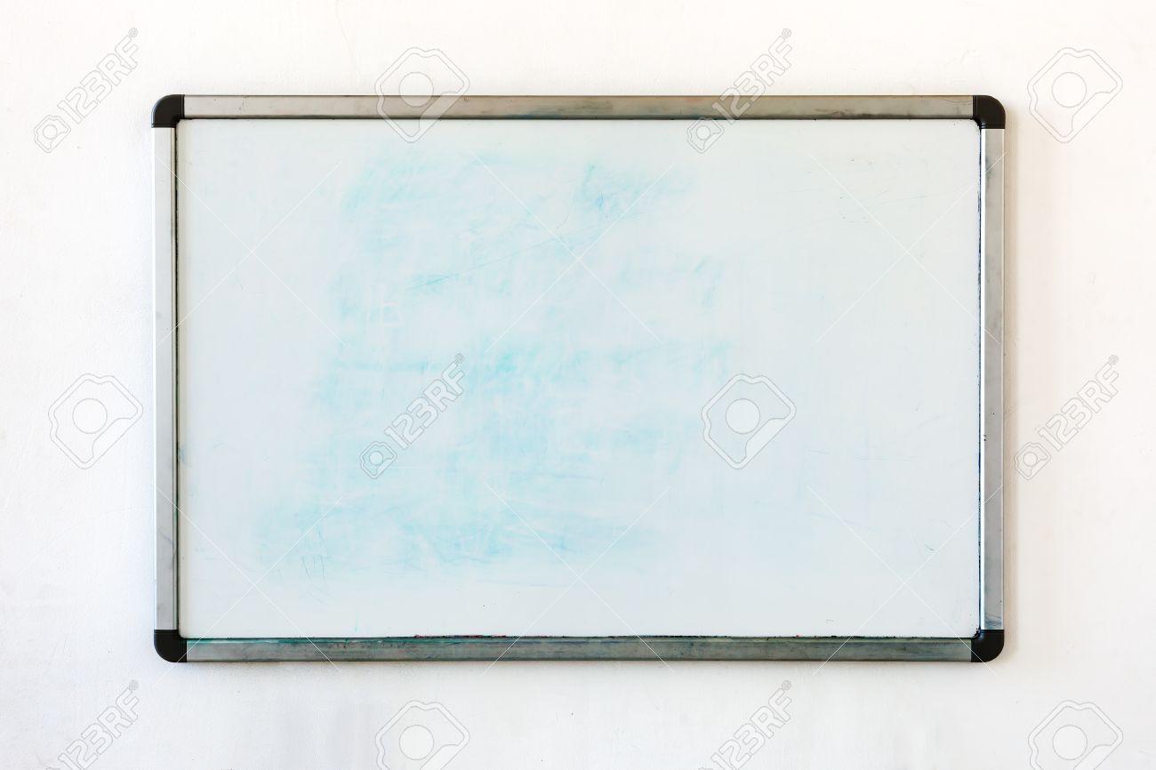 Vieux tableau blanc pour le bureau avec des traces de taches et