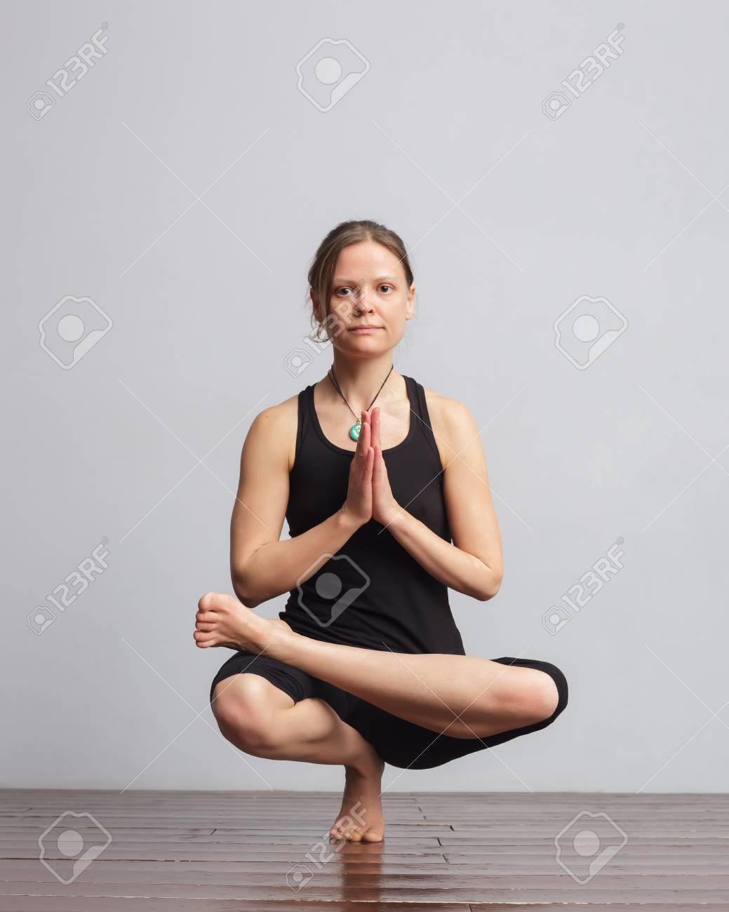 Mädchen, Das Eine Fußbalancen Yogahaltung Macht. Auf Dem Anhänger ...