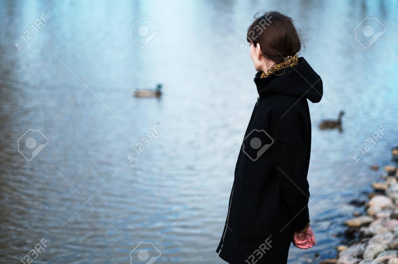 Portrait Dune Fille Solitaire Au Bord Du Lac Elle Se Tient Dans Tri Banque Dimages Des Vtements Noirs Et Regarde Tristement De Ct Je Pense La Chose