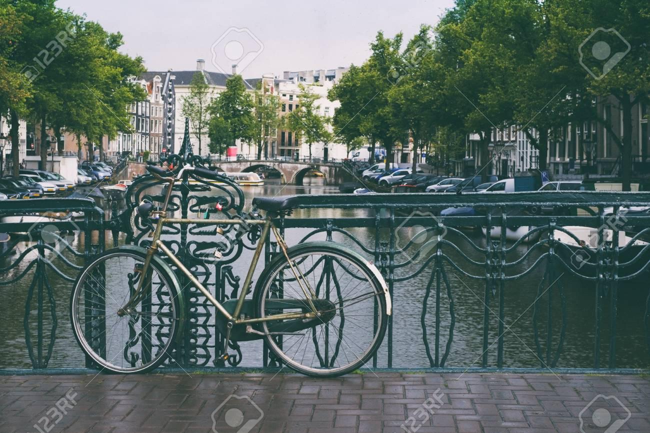 Licht Tour Amsterdam : Fahrrad auf der brücke in amsterdam niederlande im sommer