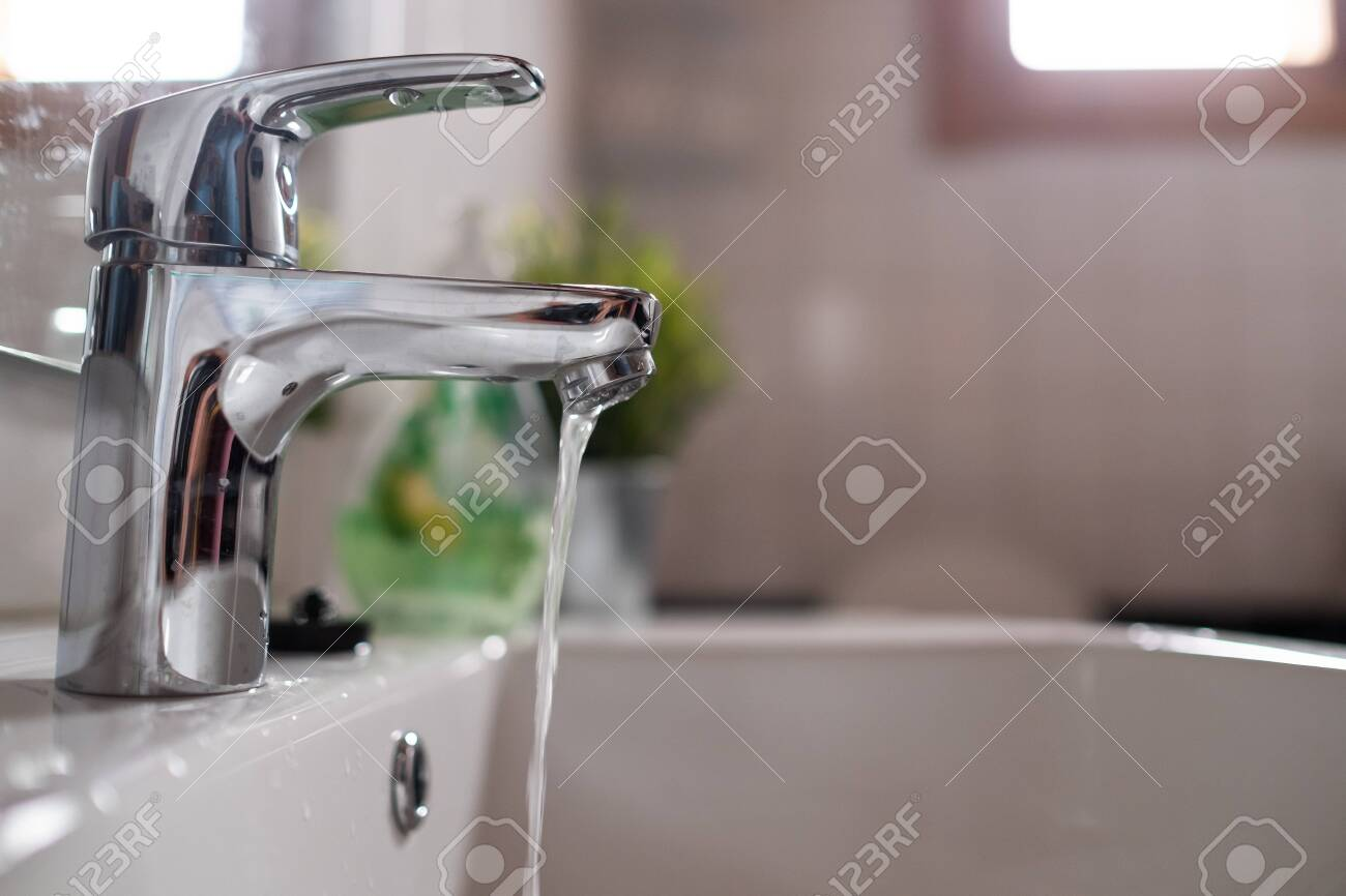 Open faucet washbasin with low water pressure - 128402094