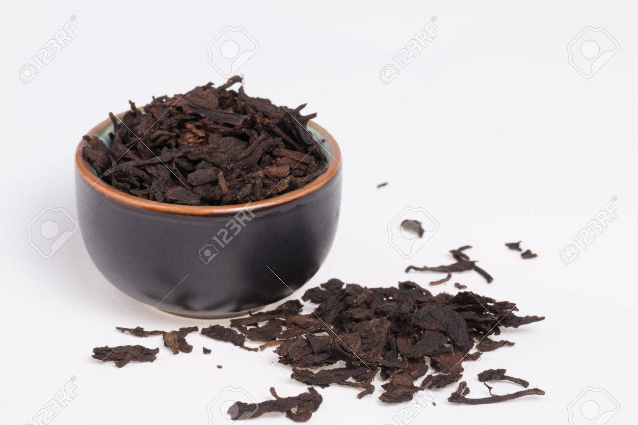 Chinese Pu-Erh tea in dark cup Banque d'images - 25358731