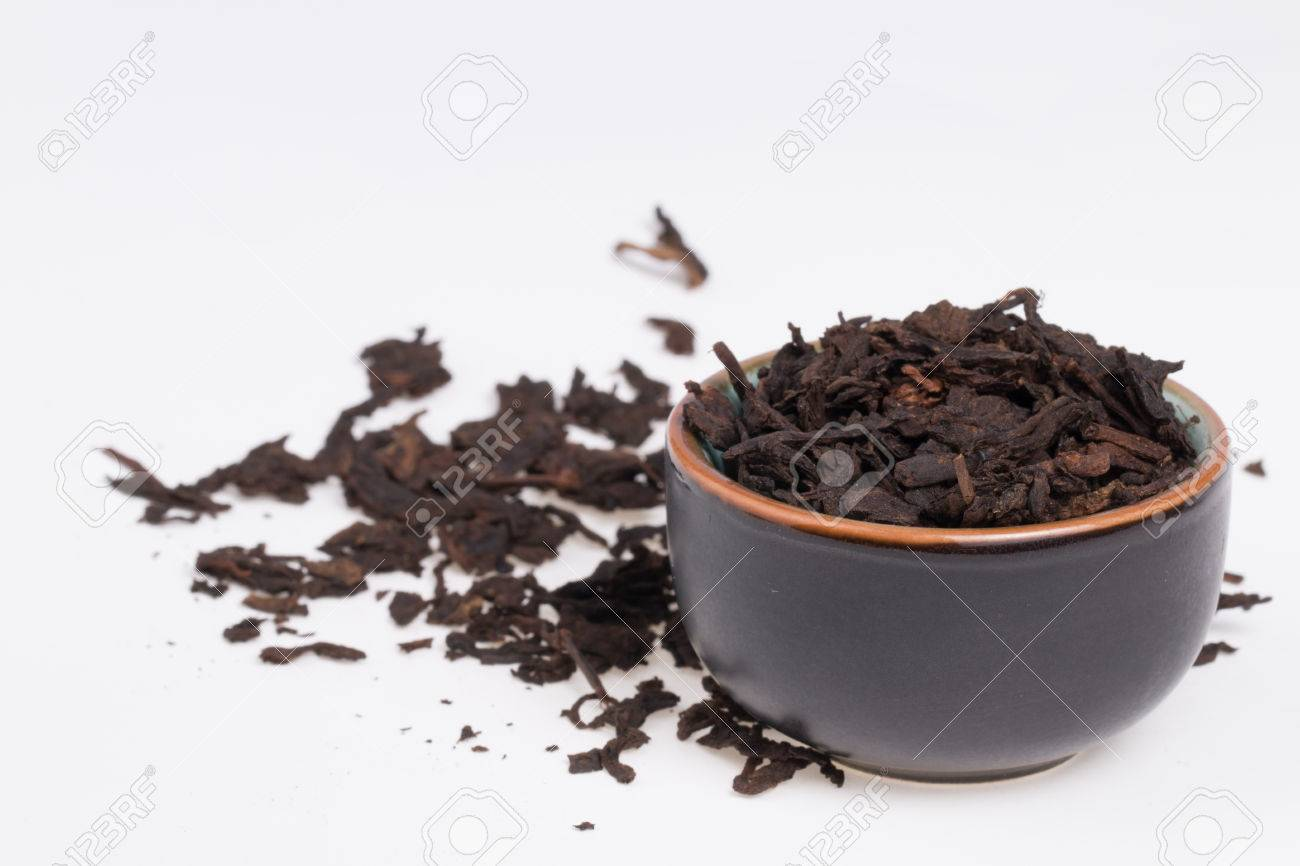 Chinese Pu-Erh tea in dark cup Banque d'images - 25358733