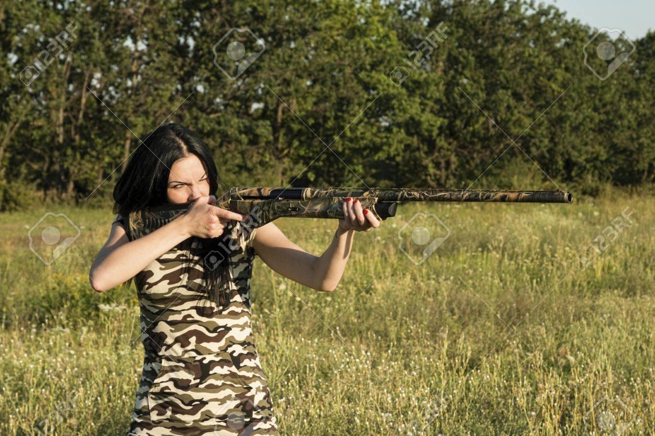 Belle femme chasseur avec fusil. Image. Banque d'images - 42797541
