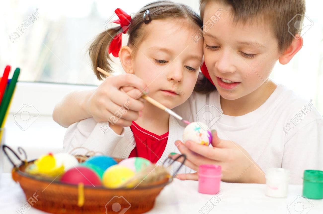 Niedliche Kleine Mädchen Mit Ihrem Bruder Sind Färbung Eier Für ...