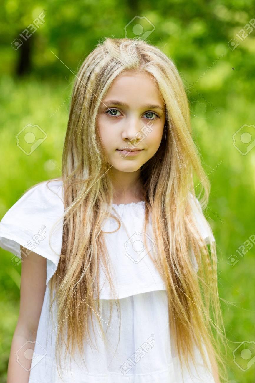 Fille Blonde Belle portrait d'une belle jeune fille blonde à l'extérieur en été banque