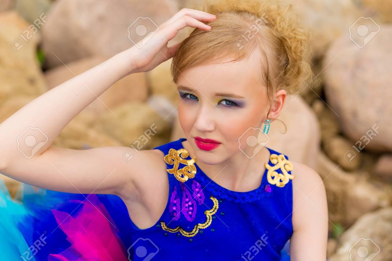 Porträt Einer Schönen Süßen Mädchen Mit Make Up In Einem Blauen