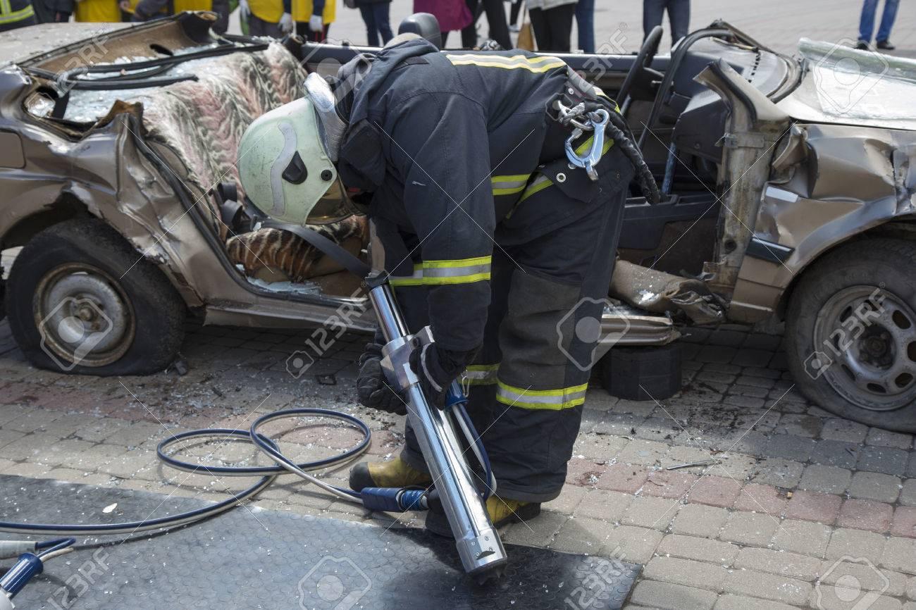 Feuerwehrmänner Mit Den Pneumatische Scheren öffnen Die Autotüren ...
