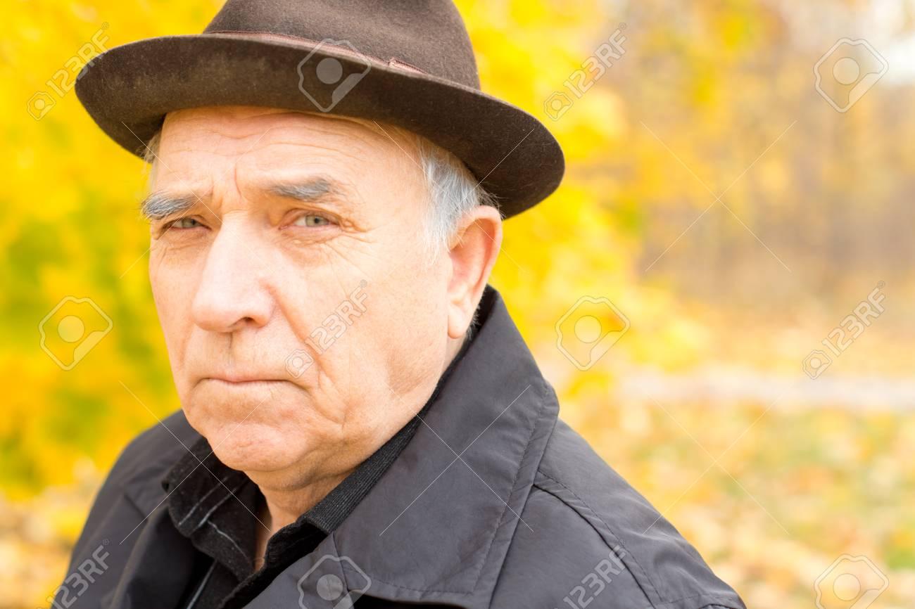 Homme Songeur De Marche Dans Un Manteau Et Un Chapeau