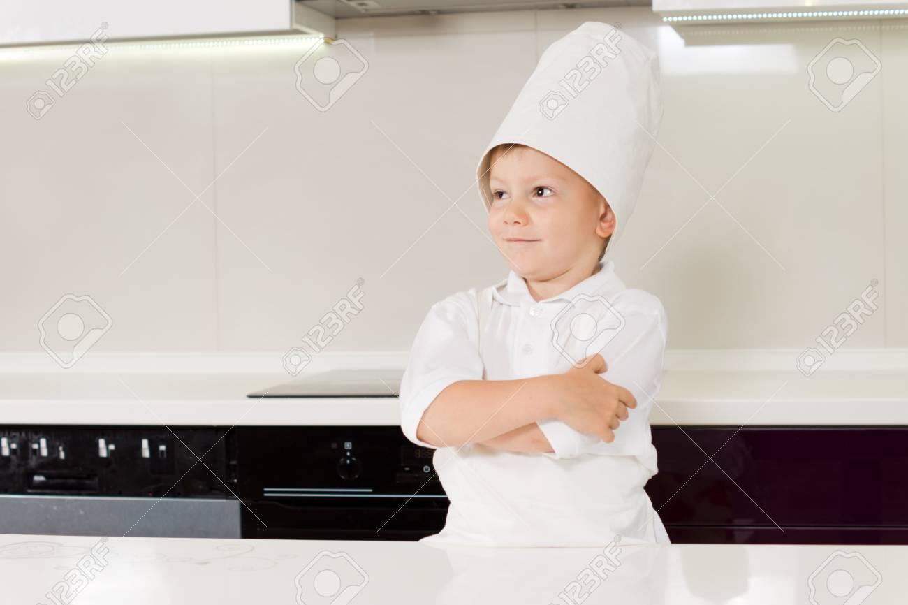 Confiado Joven Sonriente En Un Uniforme Chefs De Pie En La Cocina En ...