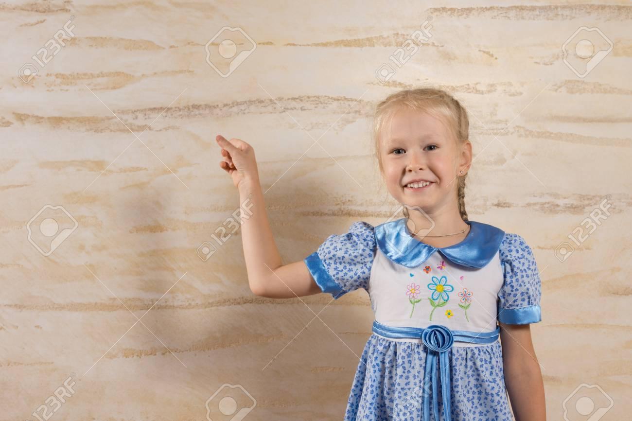 Licht Blauwe Jurk : Leuk glimlachend jong meisje in witte blauwe jurk geïsoleerd op