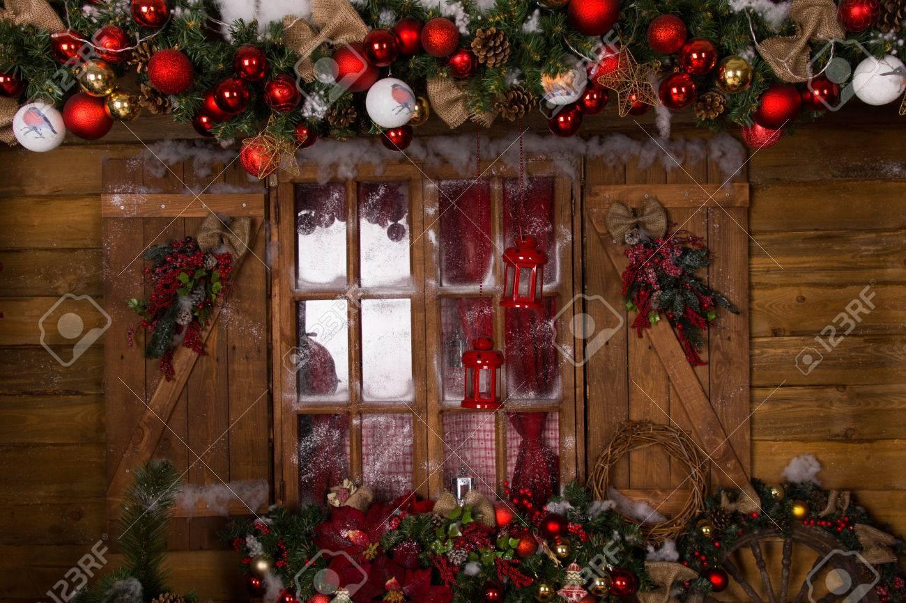 c6feceac499 Decoración de Navidad hermosa con variados adornos en casa de cristal de la  ventana con marco