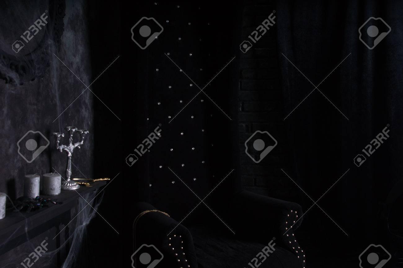 Kronleuchter Helloween ~ Plüsch black high back chair und kronleuchter mit spinnweben in