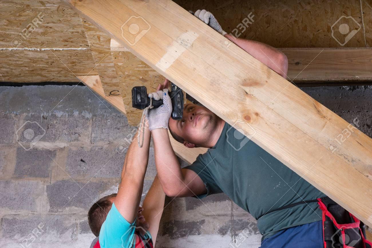 Zwei Manner Die Zusammenarbeiten Um Holzrahmen Fur Treppen Mit
