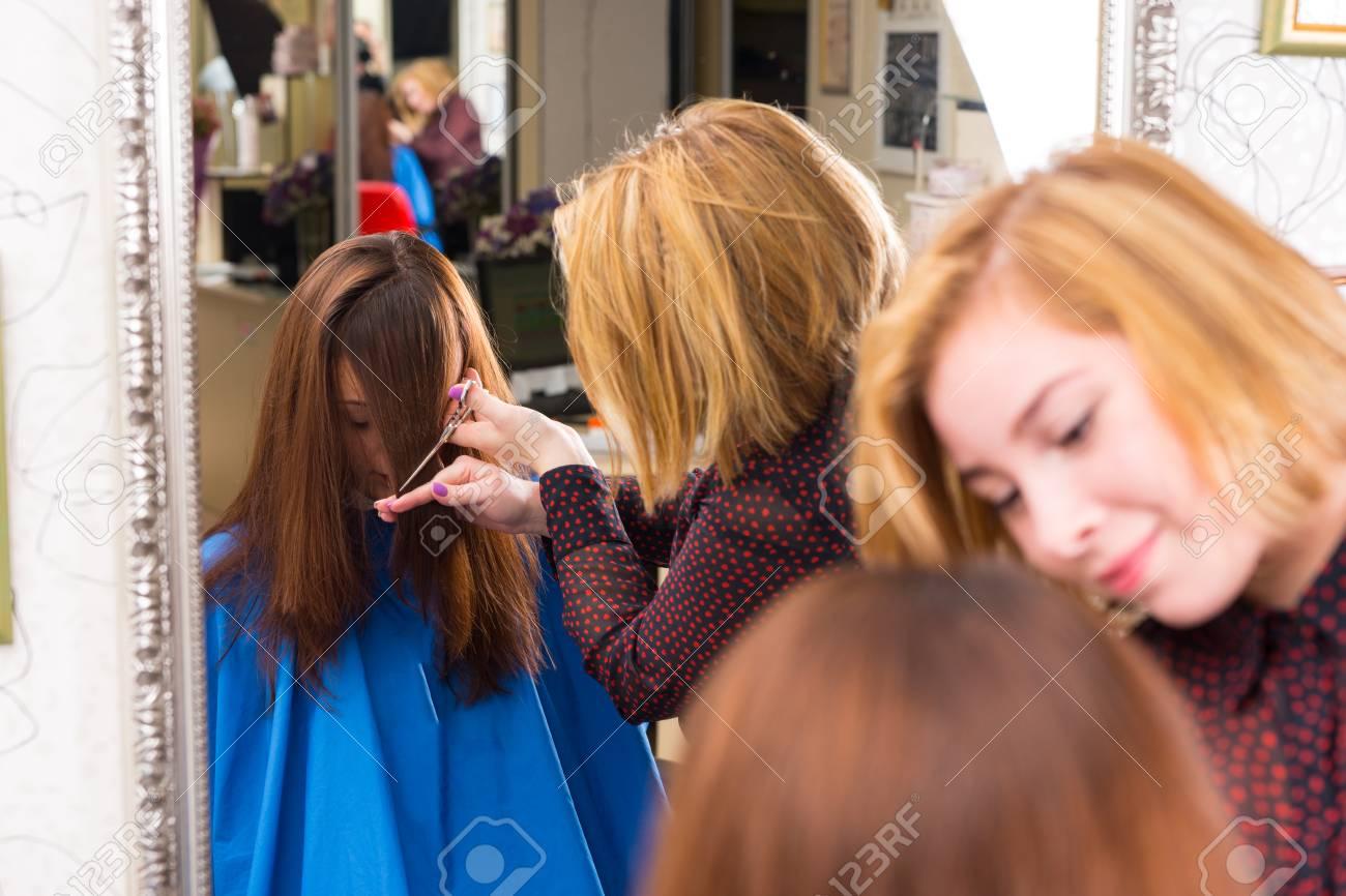 Reflexion Im Großen Salon Spiegel Der Jungen Blonden Stylist Haare