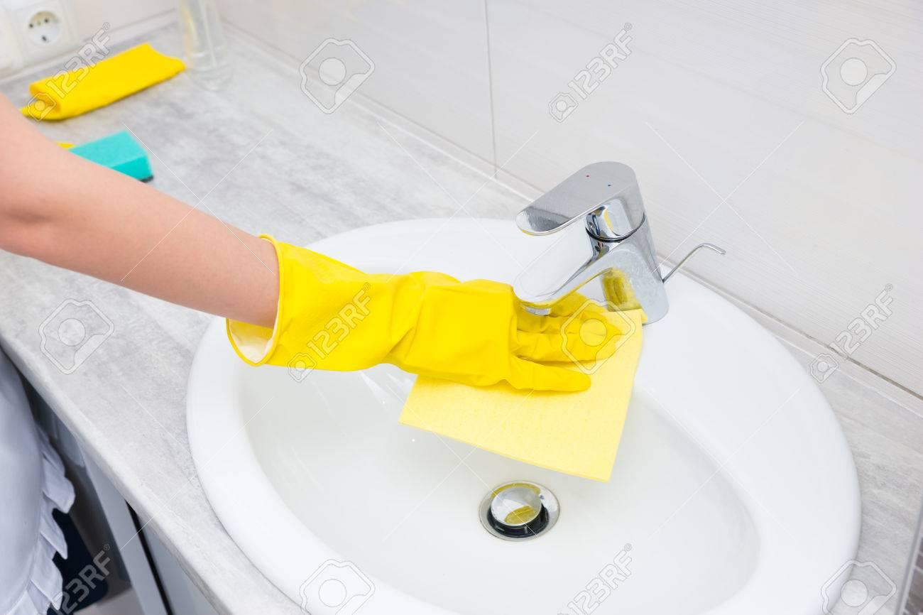 Hausmeister Oder Hausfrau Ein Weiß Gefliestes Badezimmer Reinigung ...