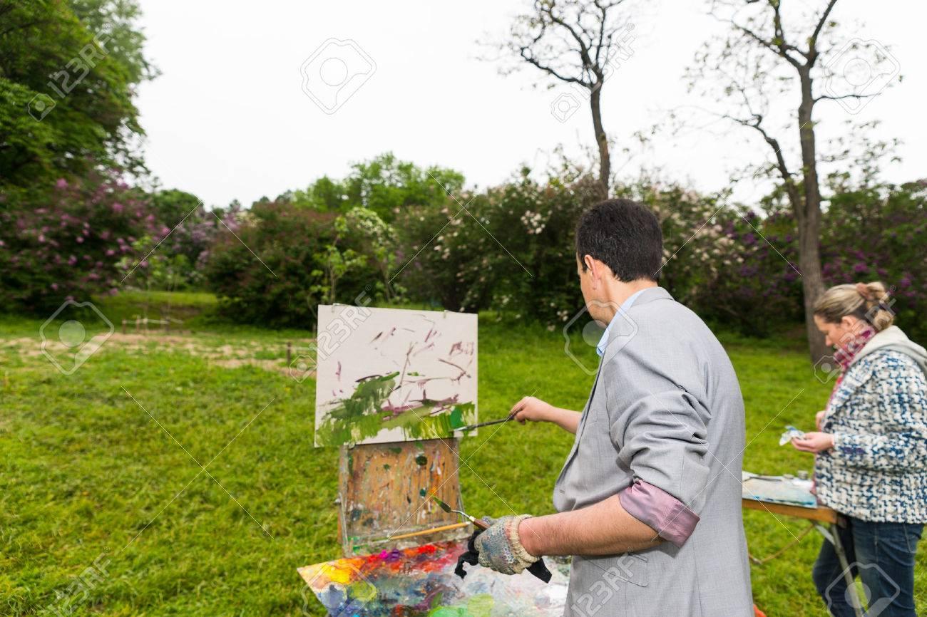 Pintoras De Pie Delante De Sus Cuadernos De Dibujo Cuadros De La ...