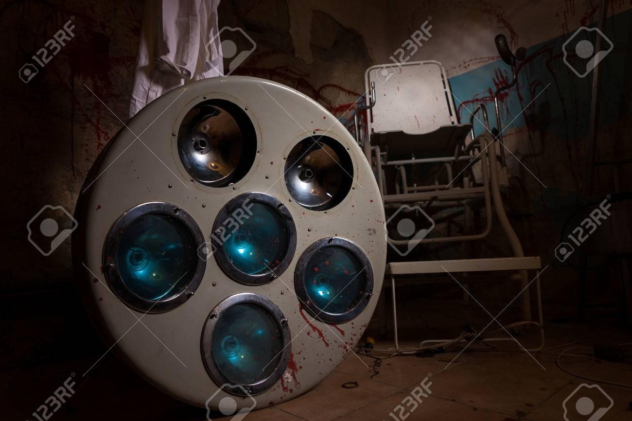 Fußboden Im Keller ~ Alte bloodstained chirurgische sperating licht auf dem fußboden im