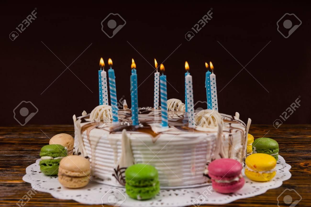 blanc gâteau d'anniversaire fait maison avec beaucoup de bougies