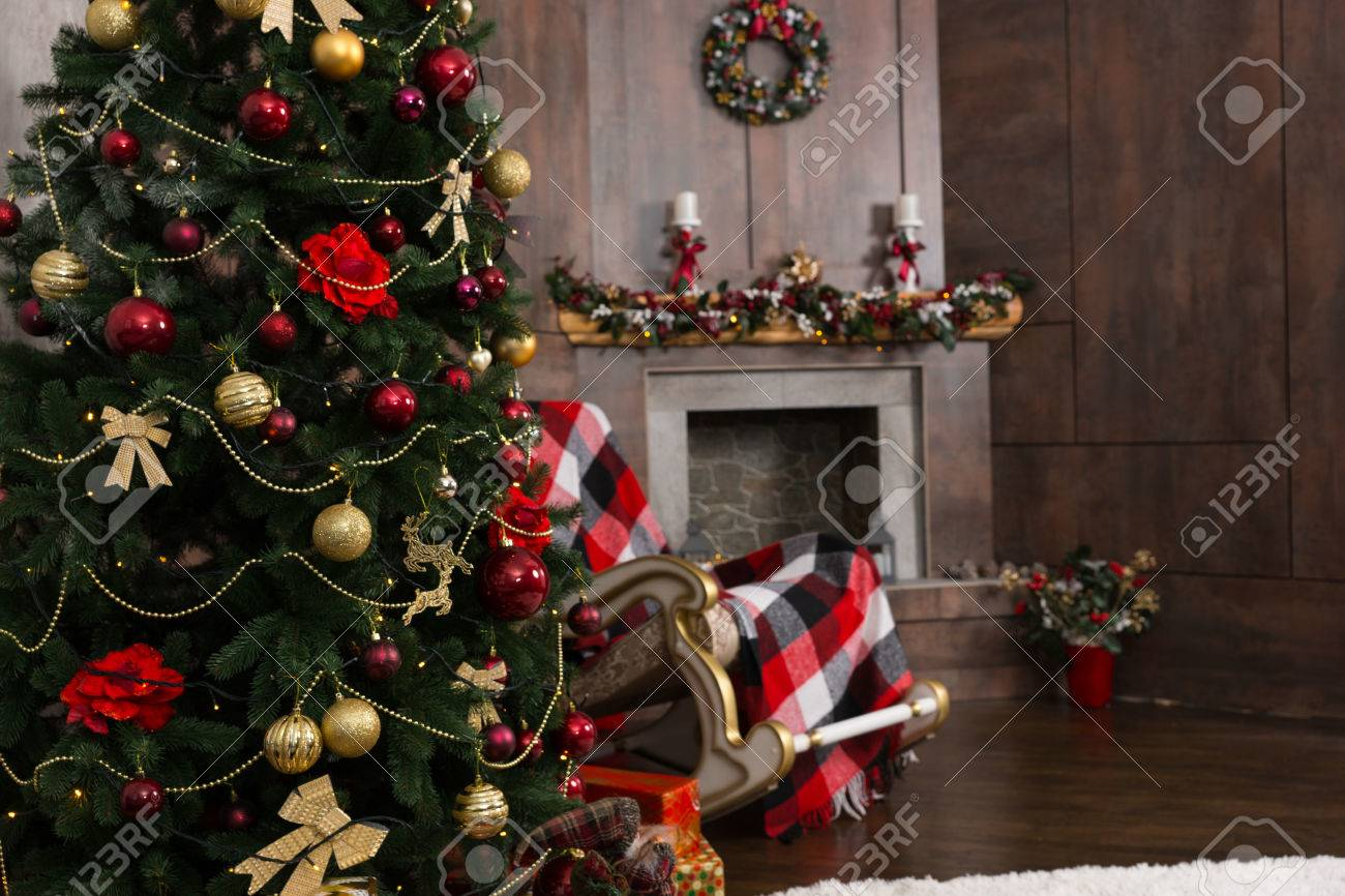Swell Christmas Tree In The Living Room With Decorated Fireplace And Machost Co Dining Chair Design Ideas Machostcouk