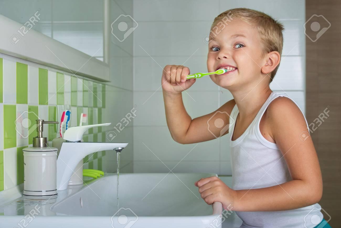 Nieuwe Badkamer Poetsen : Jongen tanden poetsen in de badkamer. het begin van een nieuwe dag