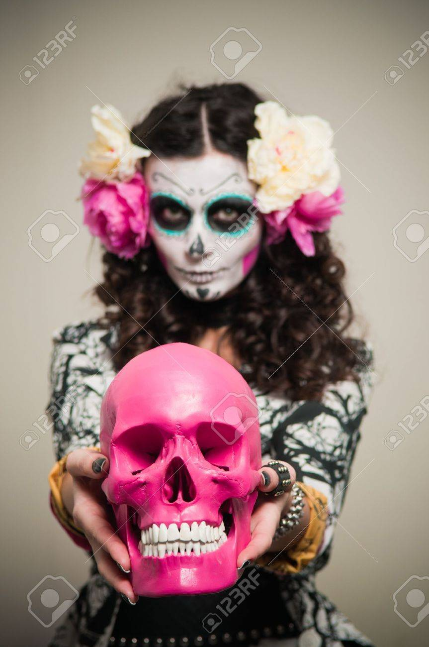 A woman in Halloween costume and skull makeup holding flowers Stock Photo - 12107052  sc 1 st  123RF.com & A Woman In Halloween Costume And Skull Makeup Holding Flowers Stock ...