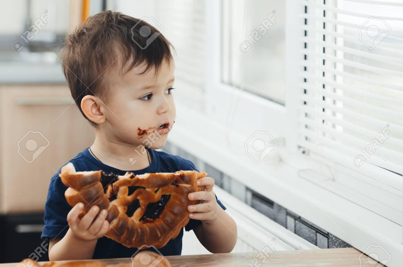 Baby In Der Kuche Essen Einen Grossen Brotchen Oder Kuchen Mit