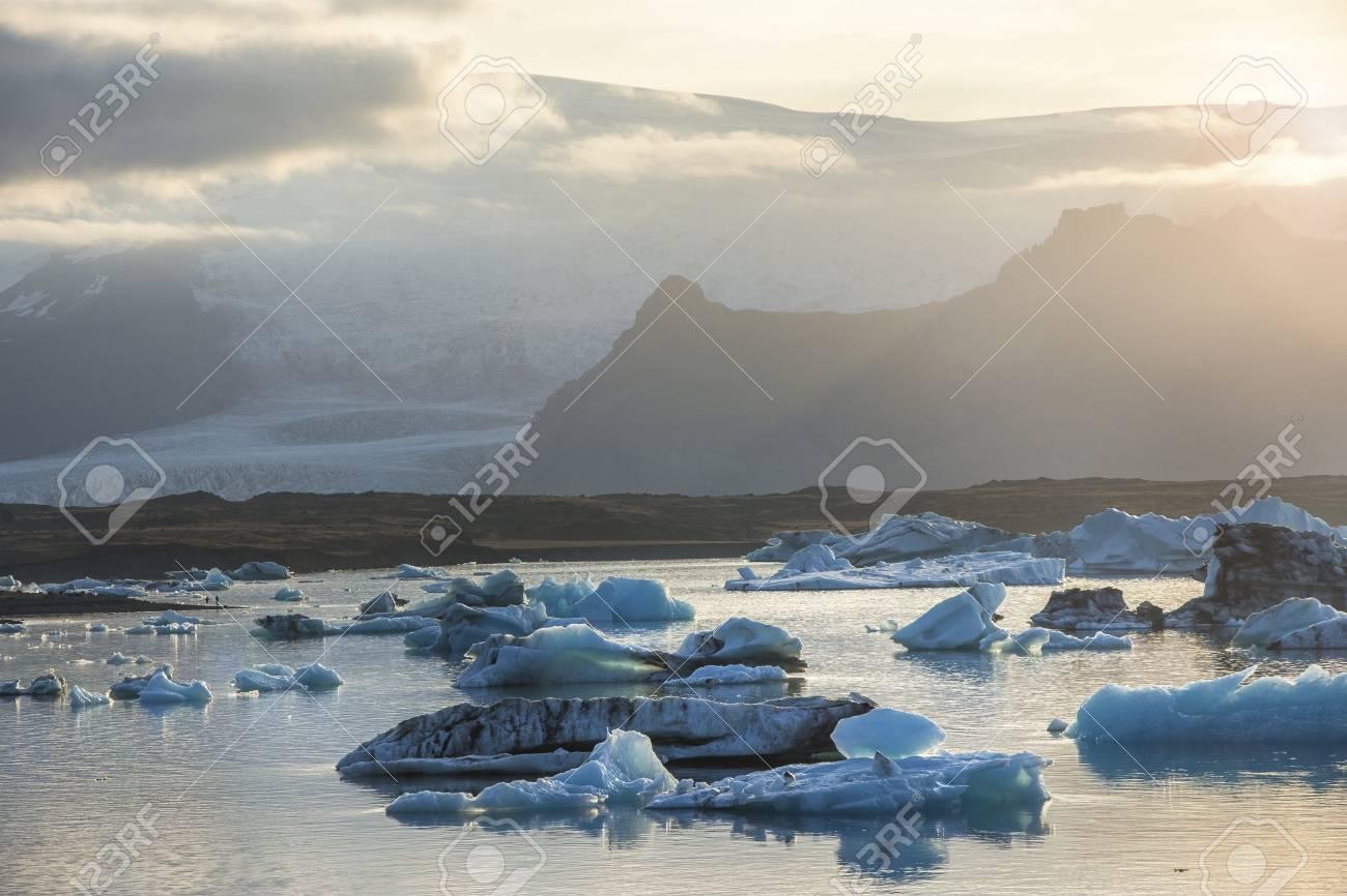 Los Icebergs En La Laguna Glacial Jokulsarlon Durante Una Puesta De ...