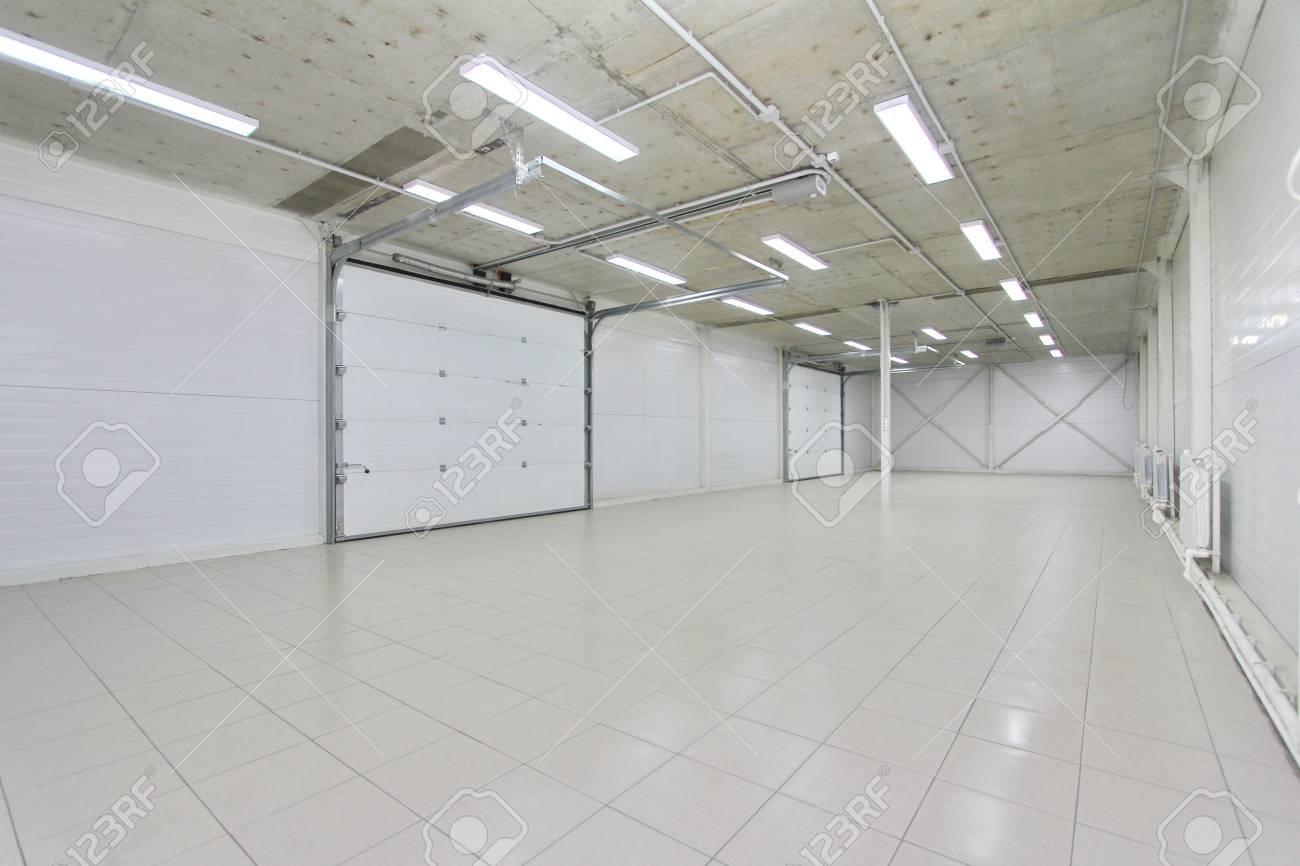 Garage De Lumière Vide Intérieur De L Entrepôt Avec Grandes Portes
