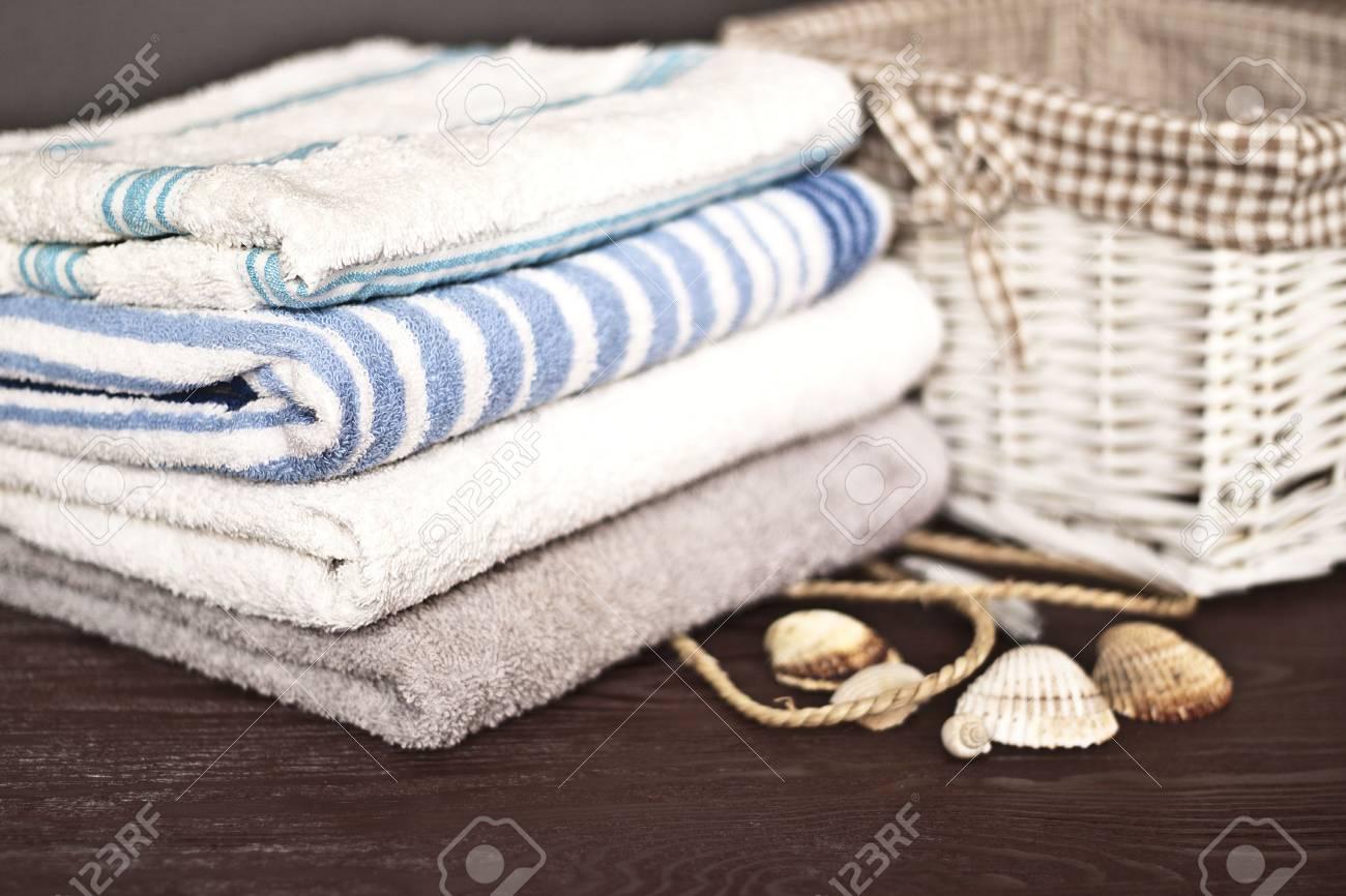 Asciugamani da bagno di diversi colori sulla scrivania in legno