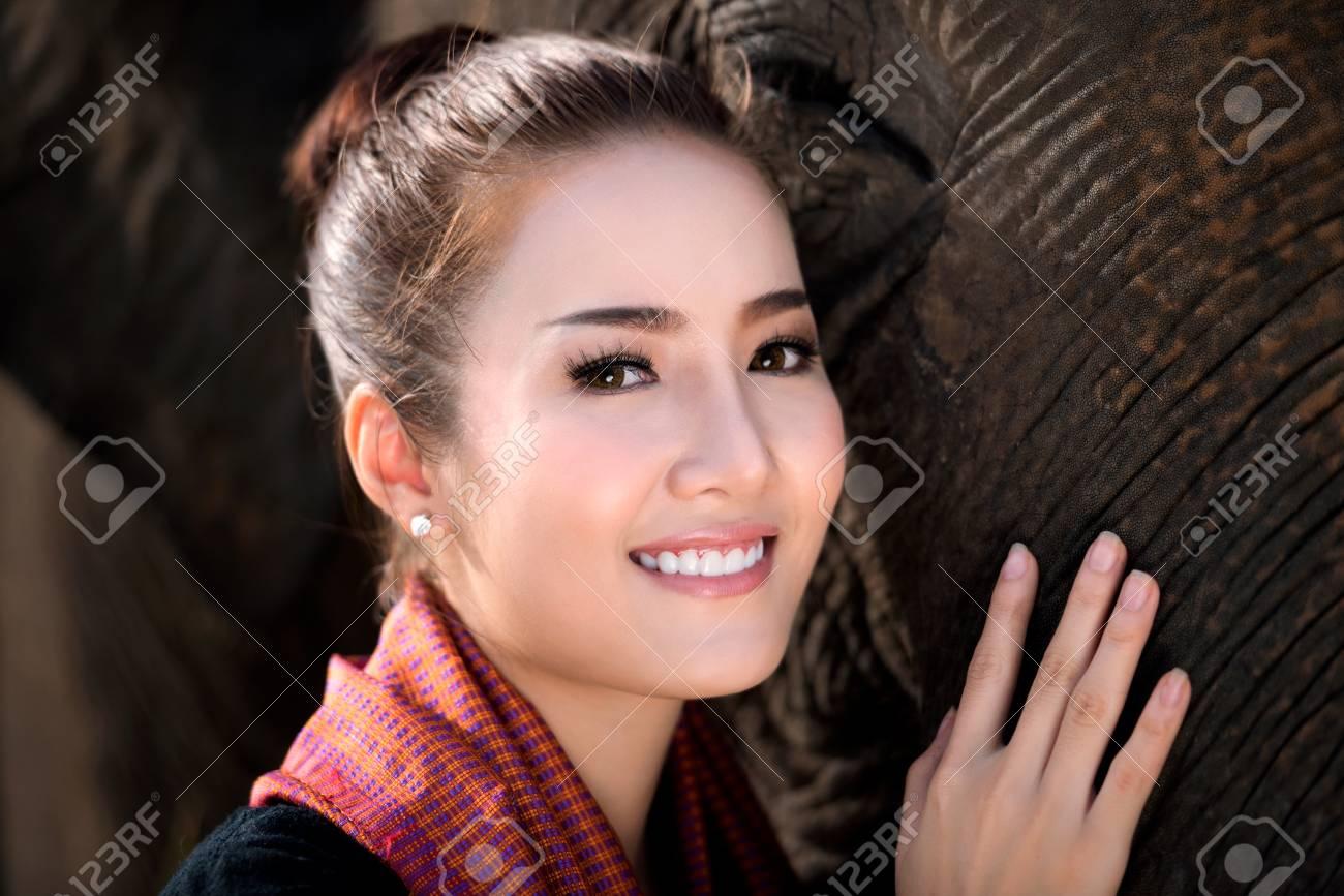 Femme Thailandaise Photos belle fille avec éléphant souriant, village d'éléphant, surin, thaïlande,  femme thaïlandaise en robe traditionnelle avec éléphant