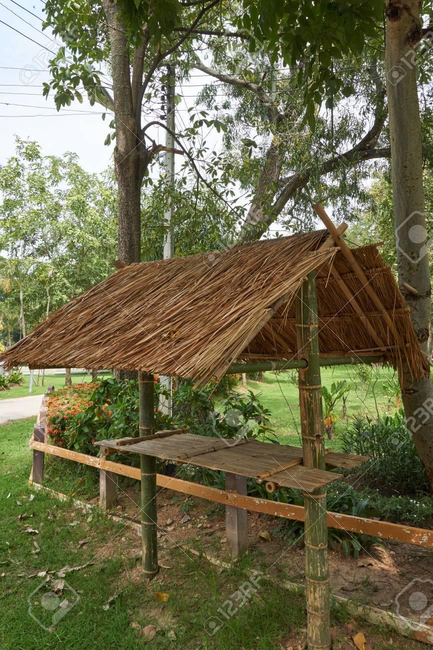 Kiosque en bois fabriqué à partir de bambou et de chaume lieu sous l\'arbre