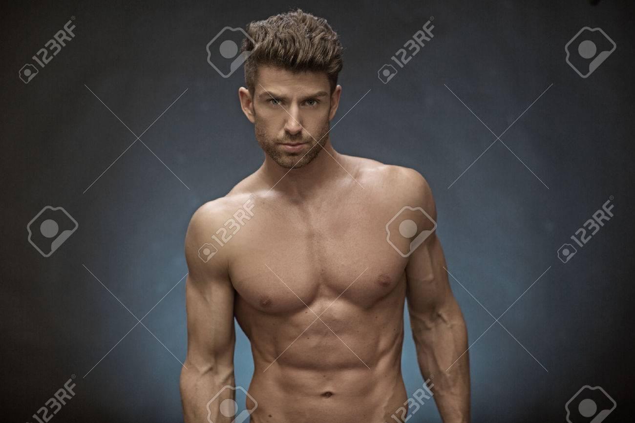 Stattlicher Muskulöser Mann Mit Großer Frisur Lizenzfreie Fotos